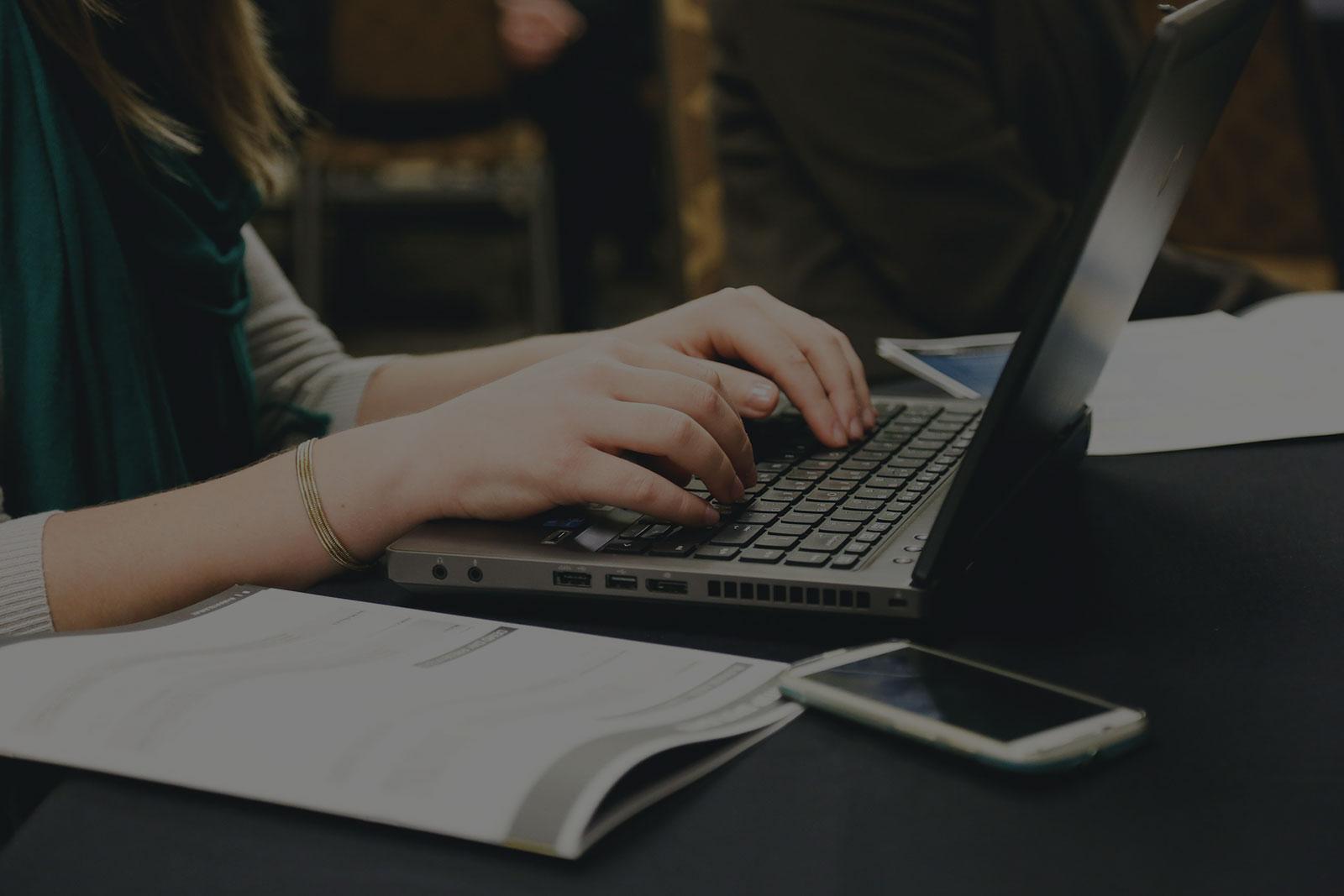 Webentwicklung mit Laptop